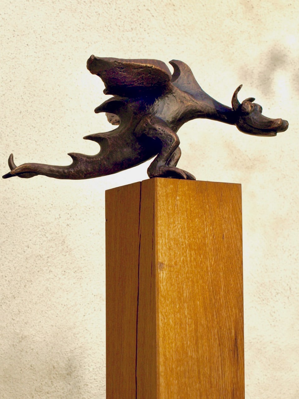 Drachin, Bronze auf Eichensockel